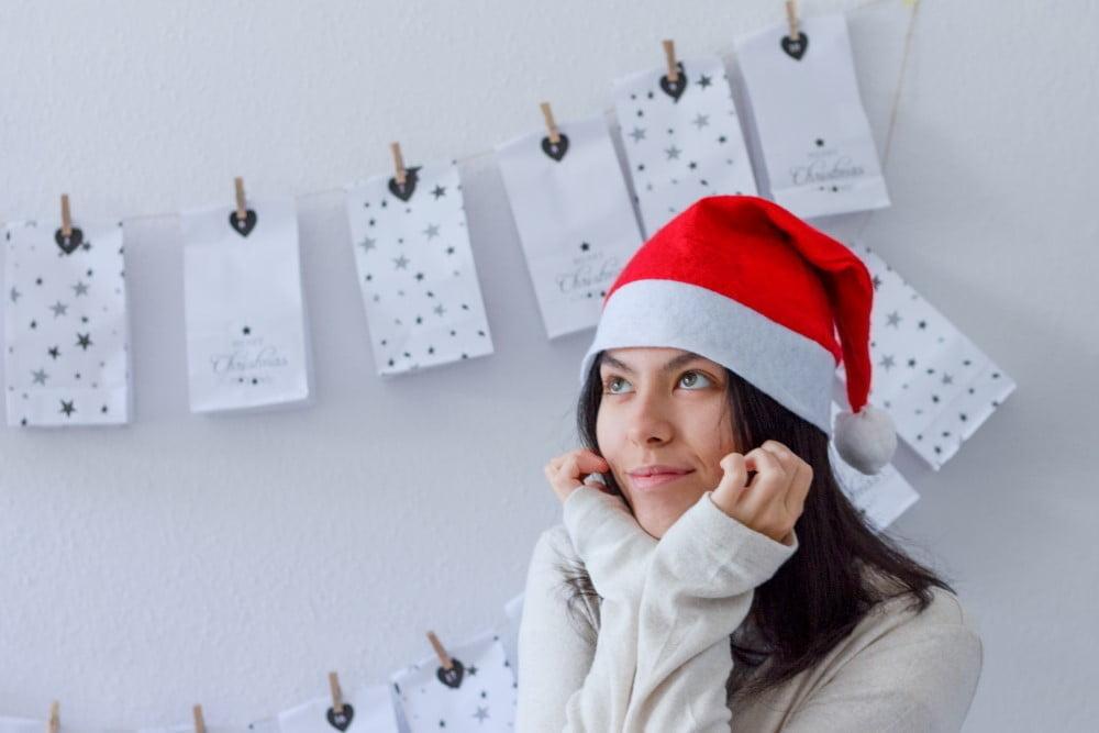 Kvinde der drømmer om gode kalendergaver